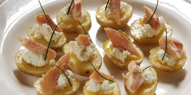 Πατατούλες με πέστροφα και κρέμα γιαουρτιού